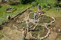 Schulgarten, Anlage eines Schmetterlingsgarten, Garten der Grundschule Nusse wird als Projektarbeit von einer 1. Klasse gestaltet, Beete werden in Form eines Schmetterlings angelegt und mit für Nektarliebende Falter wichtigen Blumen bepflanzt, Kinder arbeiten in den Beeten, Gartenarbeit