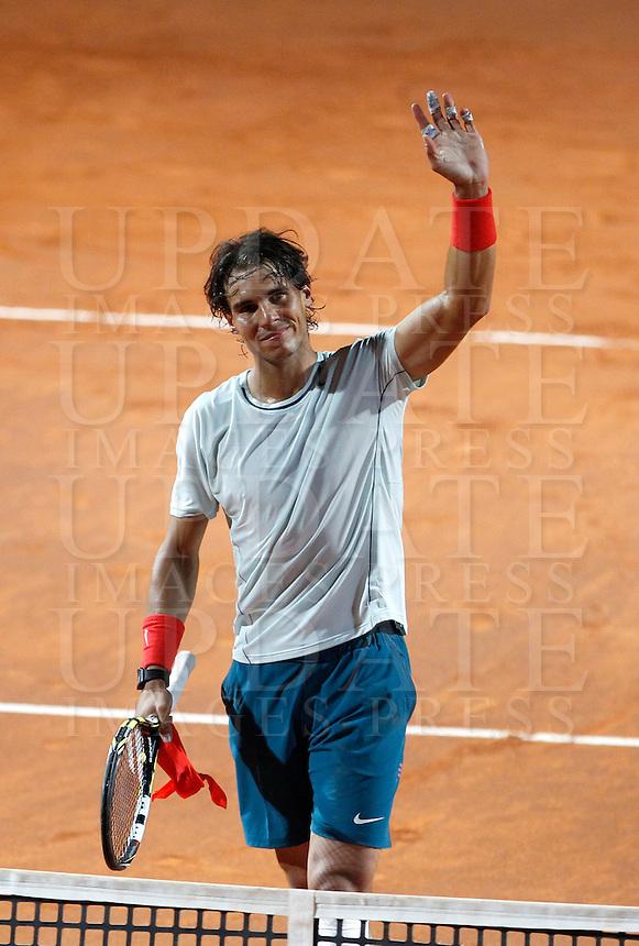 Lo spagnolo Rafael Nadal saluta il pubblico durante gli Internazionali d'Italia di tennis a Roma, 15 Maggio 2013..Spain's Rafael Nadal waves to spectators during the Italian Open Tennis tournament ATP Master 1000 in Rome, 15 May 2013.UPDATE IMAGES PRESS/Isabella Bonotto