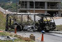 MEDELLÍN -COLOMBIA, 01-04-2016: Cerca al Euro de la Loma de los Bernal, un grupo de encapuchados detuvo un bus que prestaba el servicio de alimentador del Metro de Medellín, obligó a los pasajeros a bajarse y luego le prendió fuego al vehículo que quedó calcinado y atravesado en una vía del barrio la Loma de los Bernal de Medellin. / Close to Euro Loma de los Bernal, a group of masked men stopped a bus that provided service feeder Medellin Metro, forced the passengers to get off and then set fire to the vehicle, which was burned and traversed a path the neighborhood Loma de los Bernal. Photo: VizzorImage/ León Monsalve / Str