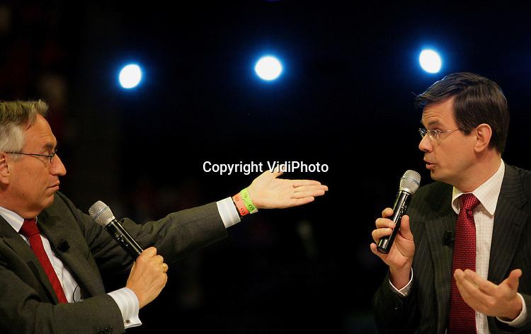 Foto: VidiPhoto..ARNHEM - Minister André Rouvoet was zaterdag te gast in het programma Het Elfde Uur van Adries Knevel, dat live werd uitgezonden vanuit het Gelredome in Arnhem. Het was voor het eerst dat het programma op locatie werk gemaakt. Dat gebeurde zaterdag tijdens de grootste Nederland Zingt-dag ooit, met meer dan 25.000 gasten. De EO bestond op zaterdag 21 april precies 40 jaar. Na afloop van Het Elfde Uur bood Rouvoet de jarige EO een boompje aan namens de ChristenUnie.