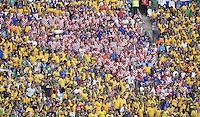 FUSSBALL WM 2014  VORRUNDE    Gruppe A    12.06.2014 Brasilien - Kroatien Bunt gemischt: Brasilianische und Kroatische Fans in einem Block