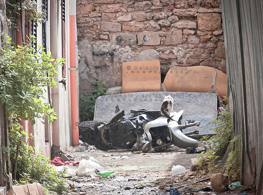 Palermo, Ballar&ograve; district, trash in the alley.<br /> Palermo, quartiere Ballar&ograve;, vicolo e rifiuti