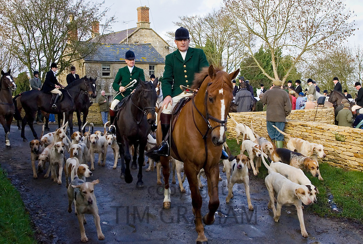 Heythrop Hunt pass the Westcote Inn Pub, Nether Westcote, Oxfordshire / Gloucestershire border, The Cotswolds, UK