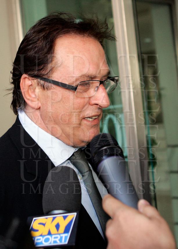L'agente Fifa Vinicio Fioranelli parla ai giornalisti prima di entrare nella sede della Consob a Roma, 22 maggio 2009..UPDATE IMAGES PRESS/Riccardo De Luca