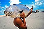 Pescador com peixe na Ilha de Itamaraca. Pernambuco. 2010. Foto de Alexandro Auler.