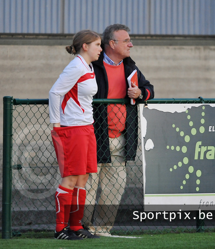 Dames Zulte - Waregem - Femina White Star Woluwe : Sofie Leclerc in gesprek met coach Georges Heylens.foto DAVID CATRY / Vrouwenteam.be