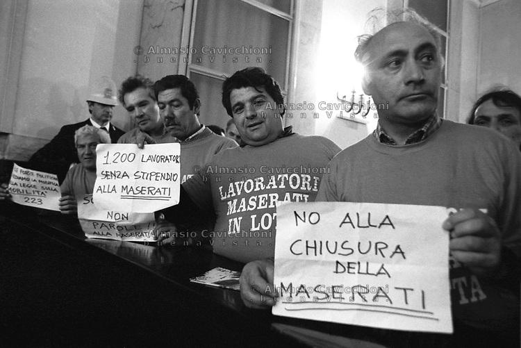 Aprile 1992 Milano: operai della Maserati protestano in Consiglio Comunale<br /> April 1992 Milan: Maserati workers protest in City Council