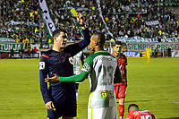 TUNJA -COLOMBIA, 13-05-2017: Ricardo Garcia, árbitro, muestra la tarjeta amarilla a Edwin Velasco de nacional durante el encuentro entre Patriotas FC y Atletico Nacional por la fecha 18 de la Liga Águila I 2017 realizado en el estadio La Independencia de Tunja. / Ricardo Garcia, referee, shows the yellow card to Edwin Velasco of Nacional during the match between Patriotas FC and Atletico Nacional for the date 18 of Aguila League I 2017 played at La Independencia stadium in Tunja. Photo: VizzorImage / Javier Morales  / Cont