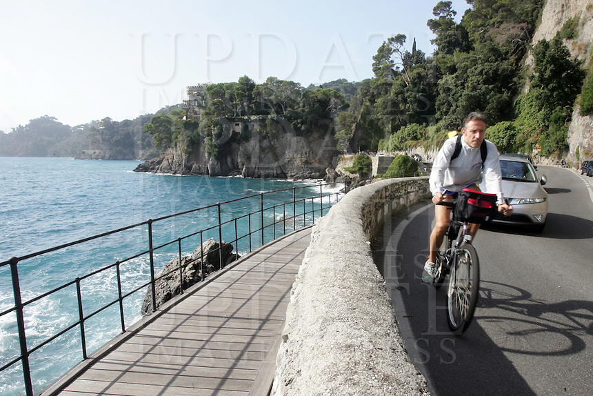 Un ciclista lungo la strada panoramica tra Portofino e Santa Margherita Ligure.<br /> A cyclist makes his way along the corniche road from Portofino to Santa Margherita Ligure, Liguria, Northern Italy.<br /> UPDATE IMAGES PRESS/Riccardo De Luca