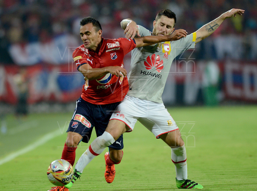 MEDELLÍN -COLOMBIA-12-03-2016. Marlon Piredrahita (Izq) de Independiente Medellín disputa el balón con Jonathan Gomez (Der) de Independiente Santa Fe durante partido por la fecha 9 de la Liga Águila I 2016 jugado en el estadio Atanasio Girardot de la ciudad de Medellín./ Marlon Piredrahita (L) player of Independiente Medellin fights for the ball with Jonathan Gomez (R) Independiente Santa Fe during the date 9 of Aguila League I 2016 played at Atanasio Girardot stadium in Medellin city. Photo: VizzorImage/ León Monsalve /Str
