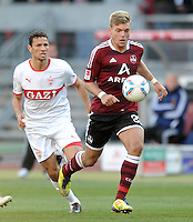 FUSSBALL   1. BUNDESLIGA  SAISON 2011/2012   10. Spieltag 1 FC Nuernberg - VfB Stuttgart         22.10.2011 Khalid Boulahrouz (li, VfB Stuttgart) gegen Alexander Esswein (1 FC Nuernberg)