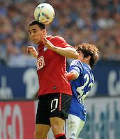 FUSSBALL   1. BUNDESLIGA   SAISON 2011/2012   33. SPIELTAG FC Schalke 04 - Hertha BSC Berlin                         28.04.2012 Aenis Ben Hatira (Hertha BSC Berlin) vor Atsuto Uchida (FC Schalke 04)