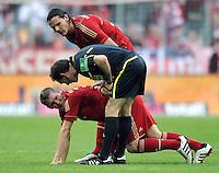 FUSSBALL   1. BUNDESLIGA  SAISON 2011/2012   11. Spieltag FC Bayern Muenchen - FC Nuernberg        29.10.2011 Bastian Schweinsteiger Schiedsrichter Florian Meyer und Daniel van Buyten (FC Bayern Muenchen)