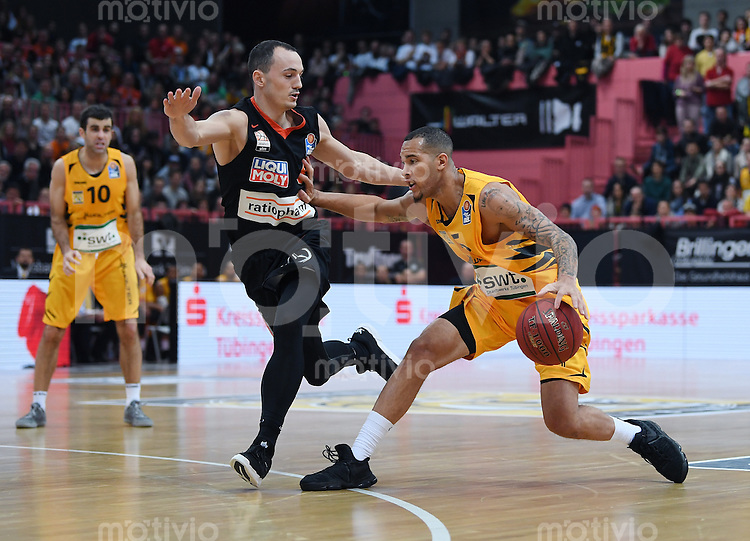 Basketball  1. Bundesliga  2016/2017  Hauptrunde  12. Spieltag  04.12.2016 Walter Tigers Tuebingen - ratiopharm Ulm Barry Stewart (re, Tigers) gegen Karsten Tadda (li, Ulm)