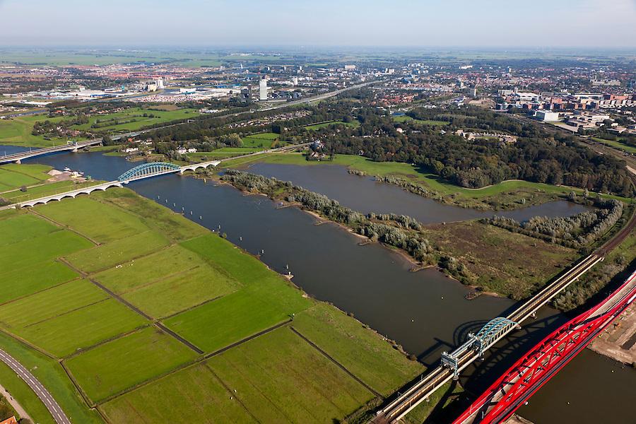 Nederland, Overijssel, Gemeente Hattum, 03-10-2010; Bruggen over de IJssel: bestaande spoorbrug over de IJssel en nieuwe spoorbrug voor de Hanzelijn. Links de IJsselbrug en de brug van de A28. .Existing railway bridge over the IJssel and the new railway bridge Hanzelijn.luchtfoto (toeslag), aerial photo (additional fee required).foto/photo Siebe Swart