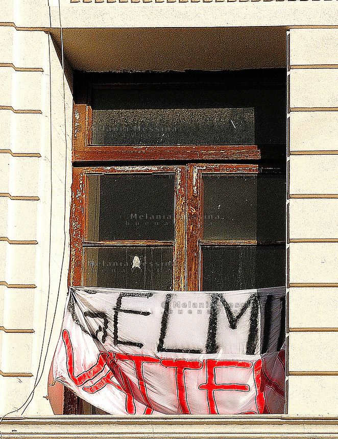 Finestra di una delle 24 scuole occupate a Palermo.<br /> Banner in one of the windows of the occupied school during the protest in Palermo against the government reform of the public school and university.
