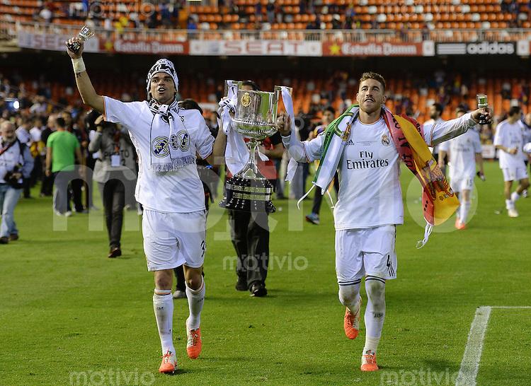 FUSSBALL  INTERNATIONAL Copa del Rey FINALE  2013/2014    FC Barcelona - Real Madrid            16.04.2014 JUBEL Real Madrid; Pepe (li) und Sergio Ramos jubeln mit dem Pokal