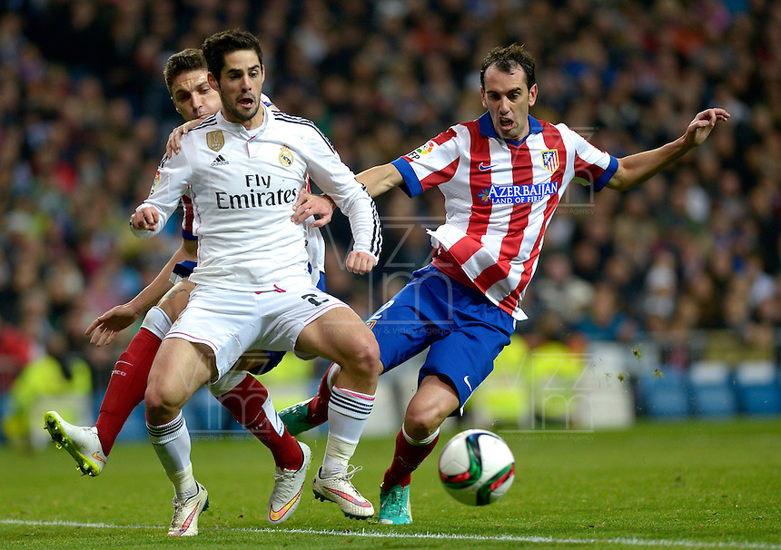 MADRID - ESPAÑA - 15-01-2015: Isco (Izq.) jugador de Real Madrid, disputa el balon con Godín (Der.) jugador de Atlético de Madrid durante partido de La Copa del Rey, Real Madrid  y Atlético de Madrid en el estadio Santiago Bernabeu de la ciudad de Madrid, España. / Isco (L) player of Real Madrid vies for the ball with Godín (R) player of Atlético de Madrid, during a match between Real Madrid and Atlético de Madrid for the La Copa del Rey in the Santiago Bernabeu stadium in Madrid, Spain  Photo: Asnerp / Patricio Realpe / VizzorImage.