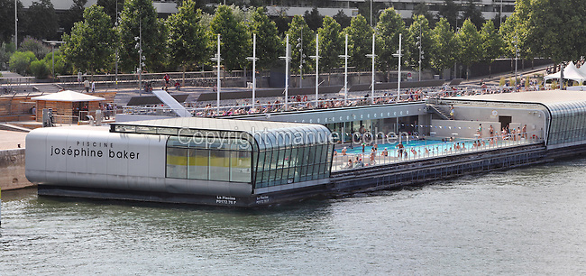 Paris france manuel cohen for Floating swimming pool paris
