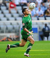 2. Oktober 2011: Muenchen, Allianz Arena: Fussball 2. Bundesliga, 10. Spieltag: TSV 1860 Muenchen - SG Dynamo Dresden: Dresdens Torwart Wolfgang Hesl wirft den Ball ab.