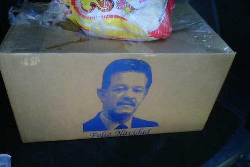 Culto a la personalidad: Foto de Leonel en las cajas de dádivas navideñas