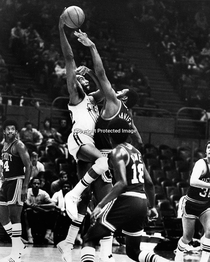 Golden State Warrior Nate Thurmond scores over the guard of Detroits Hal Lanier. (photo by Ron Riesterer)