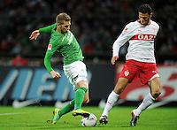 FUSSBALL   1. BUNDESLIGA   SAISON 2011/2012    14. SPIELTAG SV Werder Bremen - VfB Stuttgart       27.11.2011 Aaron HUNT (li, Bremen) versetzt Khalid BOULAHROUZ (re, Stuttgart) und erzielt das Tor zum 2:0