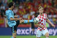 FUSSBALL  EUROPAMEISTERSCHAFT 2012   VORRUNDE Kroatien - Spanien                 18.06.2012 Alvaro Arbeloa (li, Spanien) gegen Ivan Strinic (re, Kroatien)