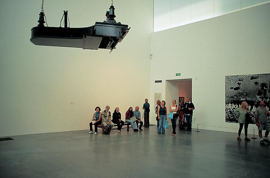 Tate modern upside down piano adam wiseman for Moderni piani a 4 piani