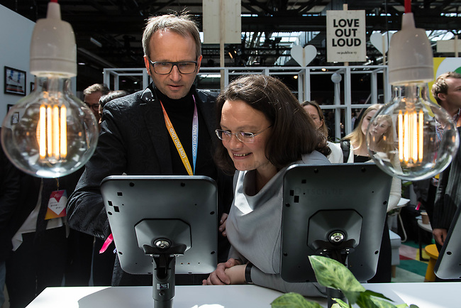 11. re:publikca-Konferenz in Berlin<br /> Vom 8. bis 10. Mai 2017 findet in Berlin die elfte re:publica-Konferenz in Berlin unter dem Motto &bdquo;Love Out Loud&ldquo; statt. Die Veranstalter wollen mit dem Motto &bdquo;Love Out Loud!&ldquo; (LOL fuer positiv Denkende) ein &bdquo;Zeichen fuer Engagement und Emanzipation in der digitalen Gesellschaft setzen&ldquo;.<br /> Die Konferenz zum Thema Internet und digitale Gesellschaft bietet auf bis zu 18 Buehnen parallel mehr als 500 Stunden Programm. Ein guter Teil davon dreht sich um netzpolitische Fragestellungen aller Art. Erwartet werden ca. 8.000 Veranstaltungsteilnehmer.<br /> Links im Bild: Bundesarbeitsministerin Andrea Nahles am Stand des Internetkonzern Google, einem Partner der re:publica.<br /> 9.5.2017, Berlin<br /> Copyright: Christian-Ditsch.de<br /> [Inhaltsveraendernde Manipulation des Fotos nur nach ausdruecklicher Genehmigung des Fotografen. Vereinbarungen ueber Abtretung von Persoenlichkeitsrechten/Model Release der abgebildeten Person/Personen liegen nicht vor. NO MODEL RELEASE! Nur fuer Redaktionelle Zwecke. Don't publish without copyright Christian-Ditsch.de, Veroeffentlichung nur mit Fotografennennung, sowie gegen Honorar, MwSt. und Beleg. Konto: I N G - D i B a, IBAN DE58500105175400192269, BIC INGDDEFFXXX, Kontakt: post@christian-ditsch.de<br /> Bei der Bearbeitung der Dateiinformationen darf die Urheberkennzeichnung in den EXIF- und  IPTC-Daten nicht entfernt werden, diese sind in digitalen Medien nach &sect;95c UrhG rechtlich geschuetzt. Der Urhebervermerk wird gemaess &sect;13 UrhG verlangt.]