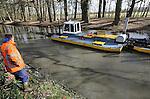 Foto: VidiPhoto<br /> <br /> DE STEEG - Medewerkers van Klaar Baggerwerken uit Brummen baggeren met een speciale boot maandag de buitengracht van kasteel Middachten in De Steeg bij Arnhem. De bijzondere gracht is voor zover bekend nog nooit eerder uitgebaggerd. De werkzaamheden duren nog anderhalve week. Klaar is gespecialieerd in kleinschalige baggerwerken. Door boomblad en waterplanten was de diepgang op veel plekken teruggelopen tot een halve meter. Het vruchtbare slib wordt later dit jaar gebruikt voor het ophogen van de weidegronden achter het kasteel. De buitengracht is vrij uniek, omdat deze wordt gevoed met zowel kwel- als grondwater. Het ingenieuze watersysteem is bovendien al eeuwen oud. Langs de gracht heeft zich daardoor een unieke  fauna ontwikkeld met kreeftjes, ringslangen en broedende ijsvogels. De binnengracht wordt over enkele jaren uitgebaggerd, zodra er geld beschikbaar is. Dat slib moet vanwege lichte verontreiniging namelijk afgevoerd worden.