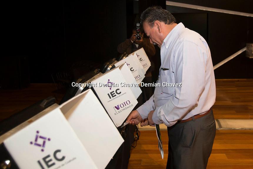 Quer&eacute;taro, Qro. 4 de diciembre de 2016.- Asamblea estatal del PAN en la que se lleva acabo la elecci&oacute;n del consejo estatal y de consejeros nacionales. Esta es la primer ocasi&oacute;n que utilizan urnas electr&oacute;nicas en una votaci&oacute;n interna en el partido en el estado.<br /> Foto: Demian Ch&aacute;vez / Obture