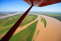 The Rio Parana owes its ochre color to the quantity of sediment it carries, estimated at 200 million tons per year. The sandbars that regularly form create shallow islands, taken over little by little by aquatic plants, the tangled roots of which hold back the islands' banks.