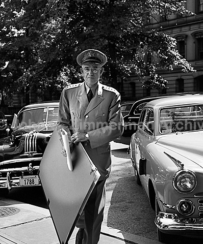 General Omar Bradley visits Truman at the White House, Washington D.C., 1950. CREDIT: JOHN G. ZIMMERMAN