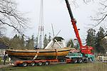 Foto: VidiPhoto<br /> <br /> ARNHEM - Het Nederlands Openluchtmuseum is sinds zaterdag een bijzonder drijvend monument rijker. Onder de nodige belangstelling is een botter uit 1880 via groot transport verplaatst van Spakenburg naar het museum. Een enorme kraan takelde het 13,85 meter lange, 4 meter brede en 12 ton zware gevaarte vervolgens naar de vijver bij de werf van het museum.  De botter heeft vroeger dienstgedaan als inspectievaartuig en is sinds 2014 in het bezit van Scheepstimmerwerf Nieuwboer in Spakenburg, de oudste werf van Nederland en nog steeds in werking. Voormalig werfeigenaar Henk van Halteren is sinds enkele jaren als scheepsbouwer werkzaam in het Openluchtmuseum bij Scheepswerf Marken. Hij begeleidde het transport van Spakenburg naar Arnhem. Daar wordt de botter, die casco is verplaatst, verder afgetimmerd en omgebouwd tot visboot. Die klus gaat enkele jaren duren.