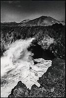 """Europe, Espagne, Iles Canaries, Lanzarote: Côte volcanique et le volcan """"Los Hervideros""""    // Europe, Spain, Canary Islands, Lanzarote: Volcanic coast and the volcano """"Los Hervideros"""""""