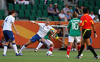 Wolfsburg , 270611 , FIFA / Frauen Weltmeisterschaft 2011 / Womens Worldcup 2011 , Gruppe B  ,  ..England - Mexico ..Faye White (England) gegen Maribel Dominguez (Mexico) ..Foto:Karina Hessland ..