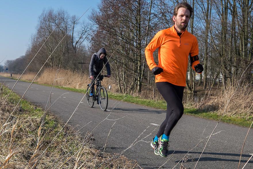 Nederland, Amsterdam, 13 feb 2015<br /> Fietspad in oost, langs het Amsterdam Science Park. Het kaarsrechte pad wordt ook veel gebruikt voor recreatieve fietsers, joggers, sporters.<br /> Foto: (c) Michiel Wijnbergh