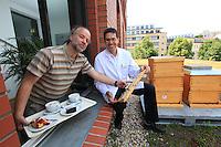 Hans Oberländer à droite, 48 ans, est le directeur de la cafétéria universitaire de Humboldt près de Hannoversche Straße 7. Depuis ce printemps, cet apiculteur amateur à poser deux ruches près de l'escalier de la salle à manger et les étudiant peuvent observer le vol des abeilles. Deux fois par semaine, Hans organise également une discussion avec les étudiants avec comme pour thème l'apiculture et les abeilles. Près de 3500 personnes passent chaque jours devant les ruches de Hans, une bénédiction pour cet apiculteur débutant qui possède des abeilles depuis quatre ans./// Hans Oberländer on the right, 48 years old, is the director of the cafeteria at Humboldt University near Hannoversche Straße 7. Since this past spring, this amateur beekeeper has set up two hives near the dining room's staircase and the students can observe the bees' flight. Twice a week, Hans also organizes discussions with the students on the themes of bees and beekeeper. Each day, nearly 3500 people pass by Hans' hives, a benediction for this beginner beekeeper who owns bees since four years ago.