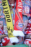 FUSSBALL  CHAMPIONS LEAGUE  SAISON 2012/2013  FINALE  Borussia Dortmund - FC Bayern Muenchen         25.05.2013 Ein Fan mit einer Kutte sowie einen FCB und BVB Fanschal
