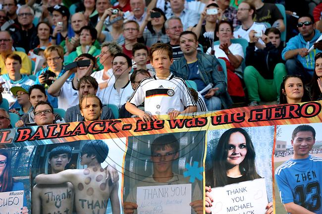 Fans beim Abschiedsspiel von Michael Ballack in der Red-Bull-Arena Leipzig. Unter dem Motto &quot;Ciao Capitano&quot; bestreitet der Ex-Fussballprofi sein letztes gro&szlig;es Spiel mit Freunden in Leipzig gegen eine Auswahl von Wegbegleitern. <br /> Foto: Christian Nitsche
