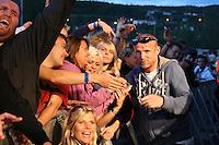 Jo Nesbø fra bandet Di Derre tok en titt på Bjarne Brødbo og DDE, og ble oppdaget av publikum. Foto: Bente Haarstad Sommerfestivalen i Selbu er en av Norges største musikkfestivaler. Sommerfestivalen is one of the biggest music festivals in Norway.