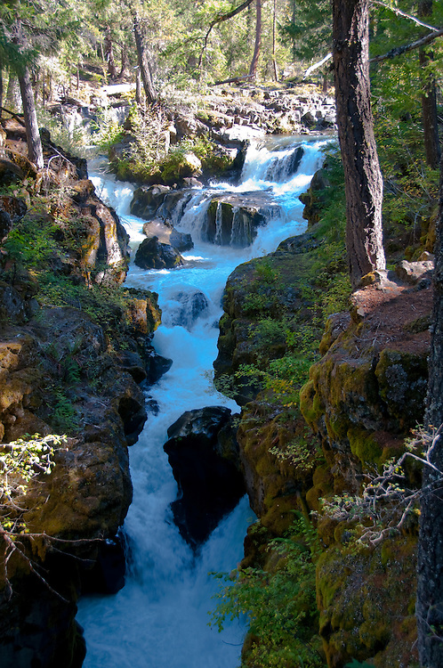 Rogue Gorge Scenic Turnout, Oregon.  Photo copyright Lee Foster.  Photo # oregon-rogue-river-oregon105726