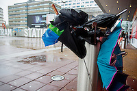 Voor het Beatrixtheater in Utrecht staat een prullenbak vol met kapotte paraplu's.<br /> <br /> In front of the Beatrix theatre in Utrecht stands a trash can with broken umbrellas.