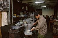 Asie/Chine/Jiangsu/Nankin/Quartier du temple de Confucius&nbsp;: Sc&egrave;ne de rue - Chinois d&eacute;jeunant dans un restaurant populaire<br /> PHOTO D'ARCHIVES // ARCHIVAL IMAGES<br /> CHINE 1990