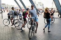 Nederland, Amsterdam, 12-09-2016<br /> Mixed zone achter het ns station Amsterdam Centraal. Geen fietspad, geen voetpad maar alls door elkaar. Doorgaand fietsverkeer en passagiers van de pont naar Amsterdam Noord zorgen voor chaotische taferelen, maar er gaat niet veel mis.<br /> Foto: (c) Michiel Wijnbergh