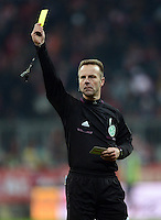 FUSSBALL   1. BUNDESLIGA  SAISON 2012/2013   21. Spieltag  FC Bayern Muenchen - FC Schalke 04                     09.02.2013 Schiedsrichter Peter Gagelmann zeigt Gelb