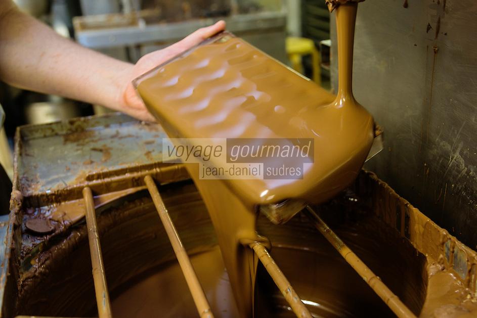 Europe/Belgique/Flandre/Flandre Occidentale/Bruges: Chocolaterie Sukerbuyc ,  moulage des chocolats // / Belgium, Western Flanders, Bruges: Chocolate Sukerbuyc, moulding chocolate