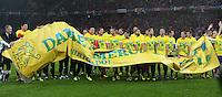 Fussball International  WM Qualifikation 2014   in Bern Schweiz - Slowenien         15.10.2013 JUBEL Schweiz, das Team und Trainer Ottmar HITZFELD (li) bedanken sich per Plakat:  Danke Fans, fuer die Unterstuetzung auf dem Weg nach Brasilien.