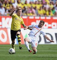 Fussball  1. Bundesliga  Saison 2013/2014    FC Augsburg - Borussia Dortmund      10.08.2013 Marco Reus (re, Borussia Dortmund) gegen Daniel Baier (FC Augsburg)